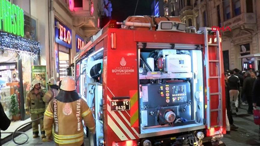 İstiklal Caddesi'ndeki kitapçı yangınını vatandaş böyle izledi!