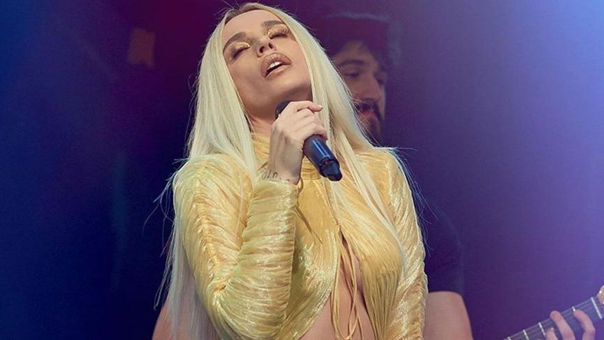 Gülşen, altın rengi kıyafetiyle Victoria's Secret meleği Candice Swanepoel'i adeta ezdi