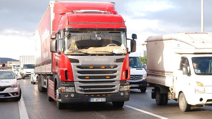 Nakliyeciler kamyonlarıyla 4 ilde yolları kapattı!