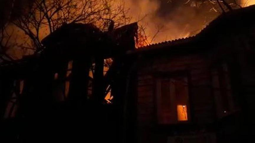 Bakırköy'de 2 katlı ahşap binada yangın!