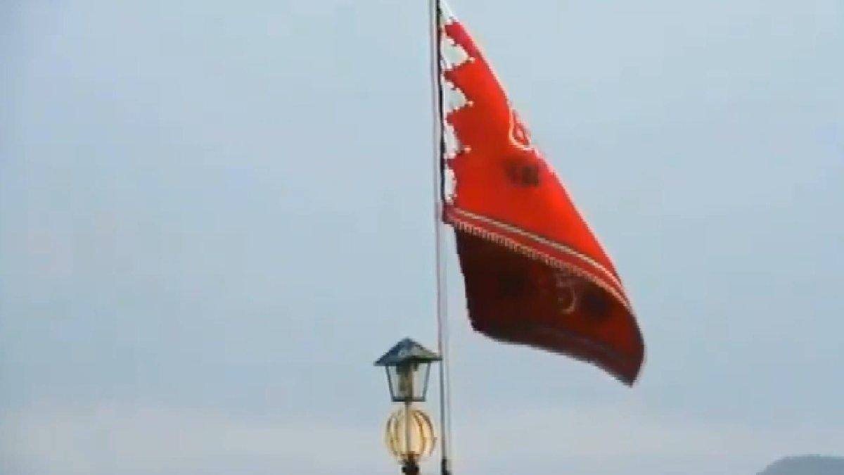 İntikam için camiye kırmızı bayrak astılar!