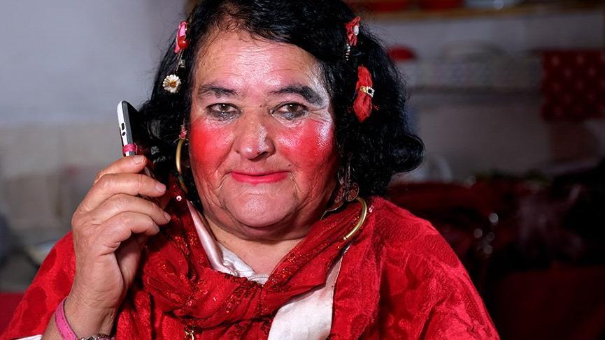 Kırmızılı kadın' Sultan Özcan: Kadınlar cahil adamlarla görüşmesin