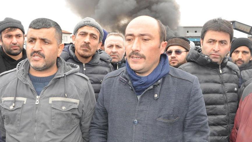 İşten çıkarılan maden işçileri ateş yakıp eylem yaptı!