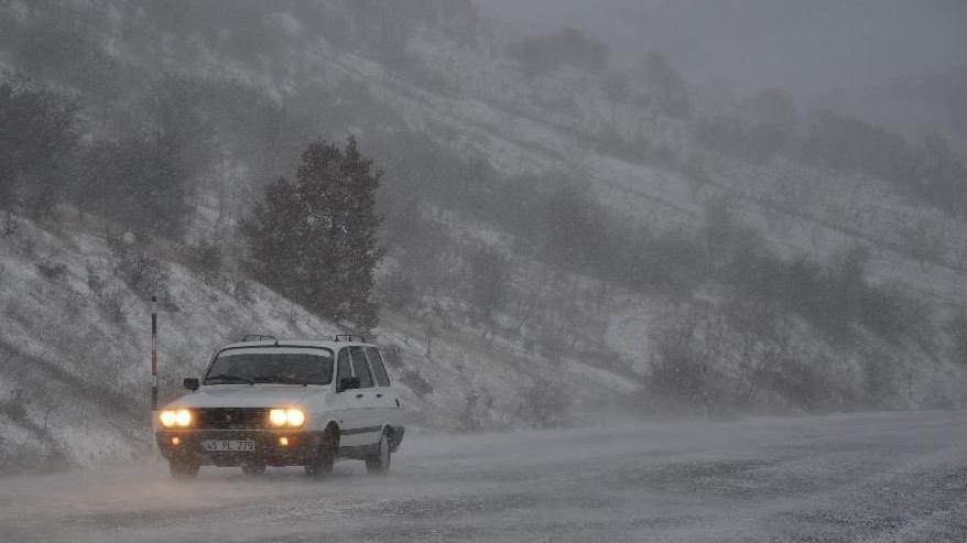 Yeni hafta kar ve fırtınayla başladı! 110 kilometre hızla fırtına, 20 santim kar!