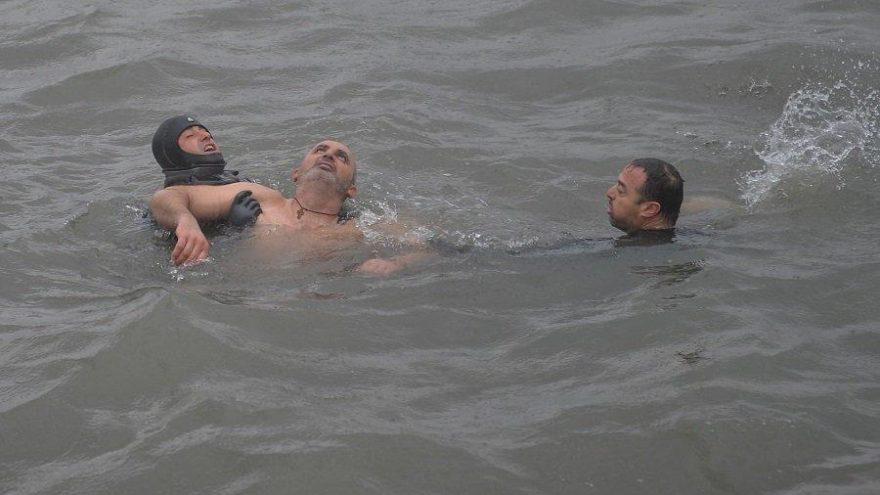 Denizden haç çıkarma töreninde korku dolu anlar