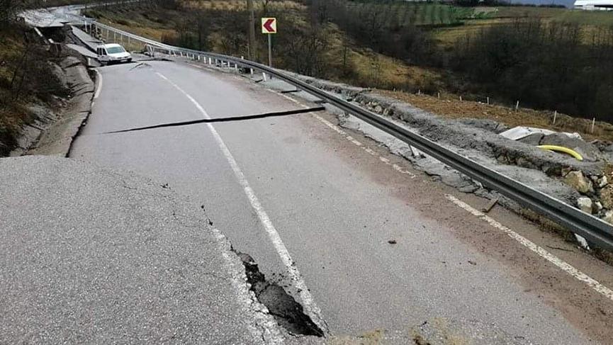 Kocaeli'de aşırı yağışlar nedeniyle yol çöktü!
