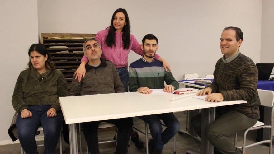 Görme engelli tiyatrocuları, alkışlar hayata bağlıyor