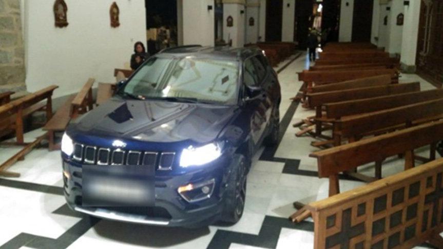 Kiliseye arabayla daldı, şeytandan kaçtığını söyledi