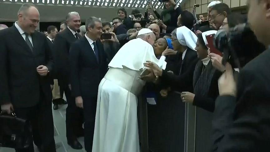 Papa'dan şok uyarı: Öpücük vereceğim ama ısırmak yok