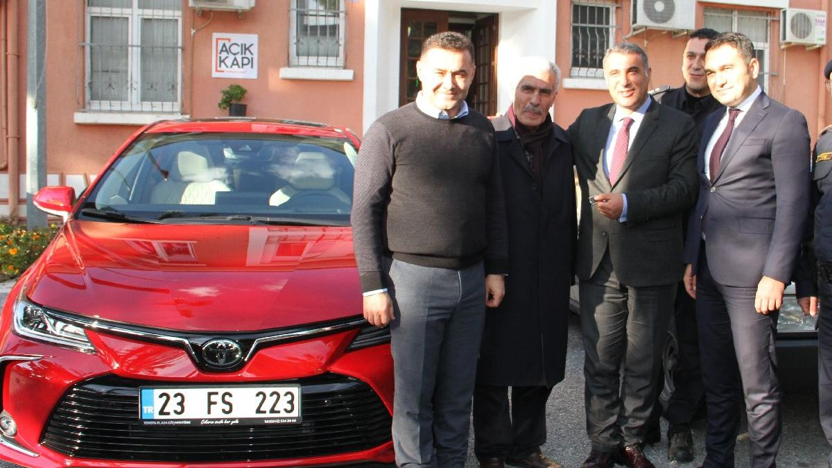 Şehit Fethi Sekin'in babasına otomobil hediye edildi