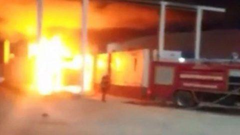 Gümrük görevlilerine kızdı, TIR'ı ateşe verdi!
