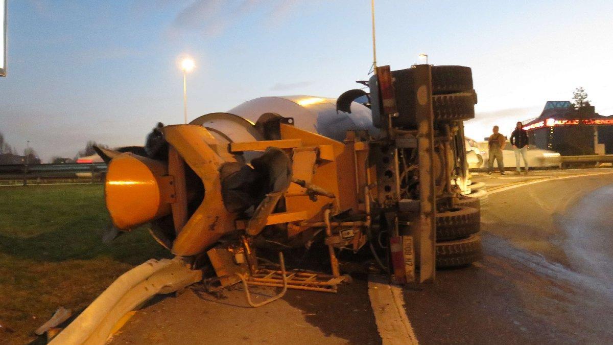 Ümraniye'de virajı alamayan beton mikseri devrildi!