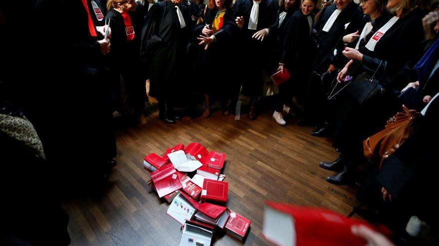 Fransa'da avukatlar anayasa fırlattı