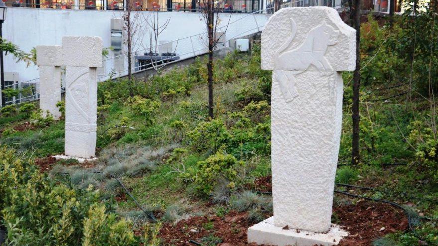 Göbeklitepe'nin tarihi sembollerinin maketleri parklara dikildi