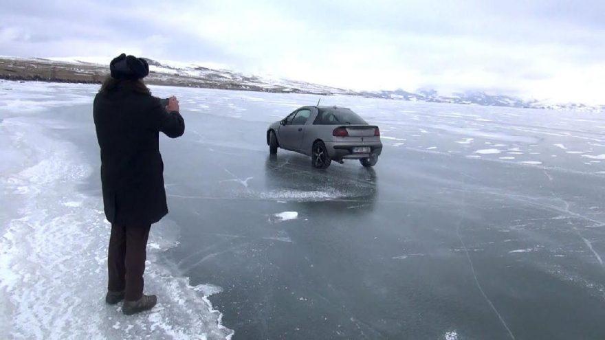 Buz tutan Çıldır gölü üzerinde otomobille drift yapıyorlar