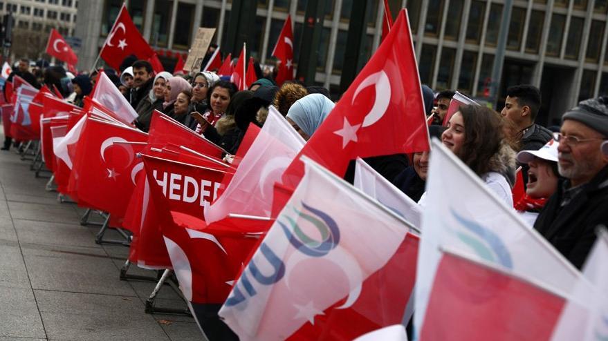 Reuters kritik zirve öncesinde bu kareleri paylaştı: Berlin'de Türk bayrakları dalgalanıyor