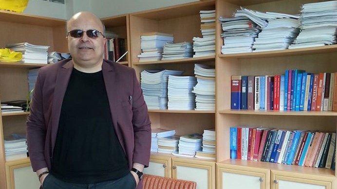 İktisat profesörü yalnız yaşadığı evde intihar etti