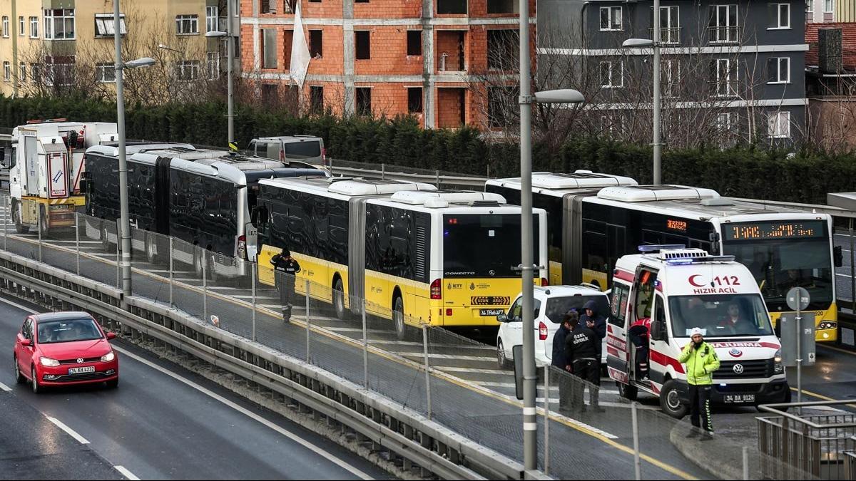 Şişli'de metrobüs kazası: Şoför hastaneye kaldırıldı