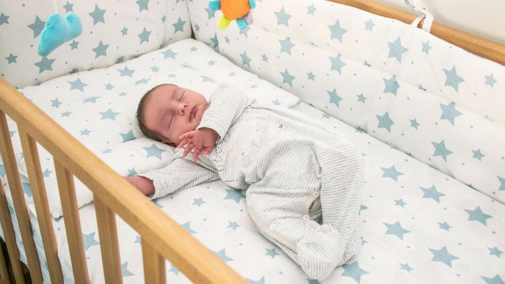 Yeni doğan bebek yatağı nasıl olmalı? Bebek yastığı nasıl olmalı?