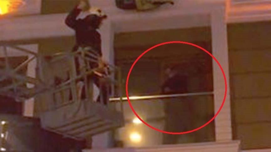 Polis baskınına uğrayan kumarbaz balkonda mahsur kaldı