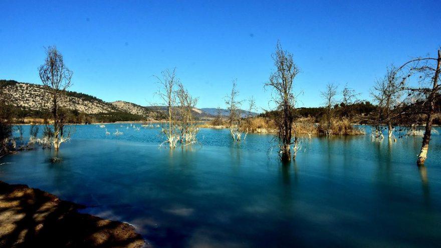 Kül dağındaki gölet, fotoğrafçılara doğal fon oluyor