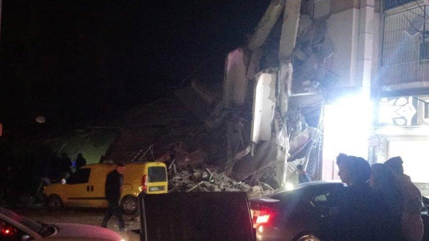 Elazığ'da meydana gelen 6.8 büyüklüğündeki depremin ardından yıkılan bina böyle görüntülendi. ile ilgili görsel sonucu