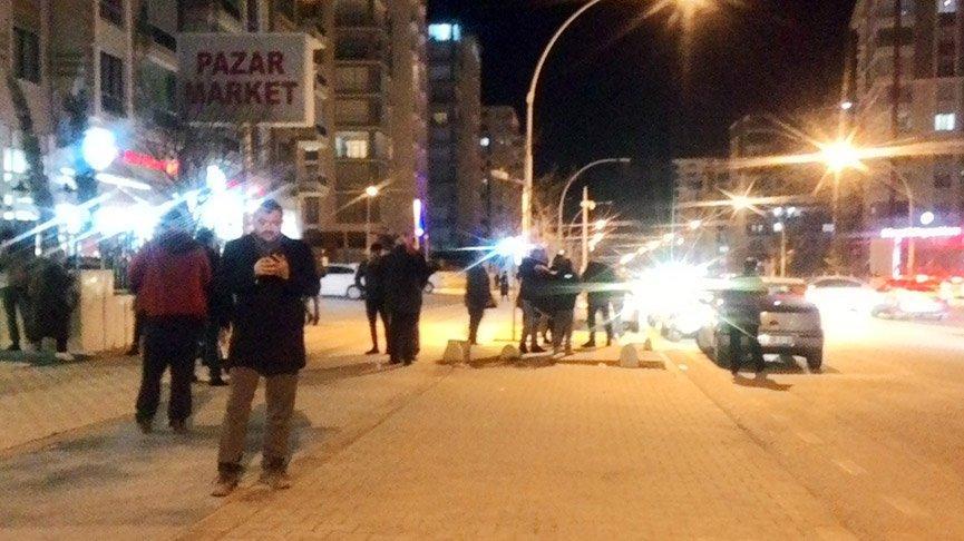 Deprem sonrası vatandaşlar geceyi araçlarında geçiriyor