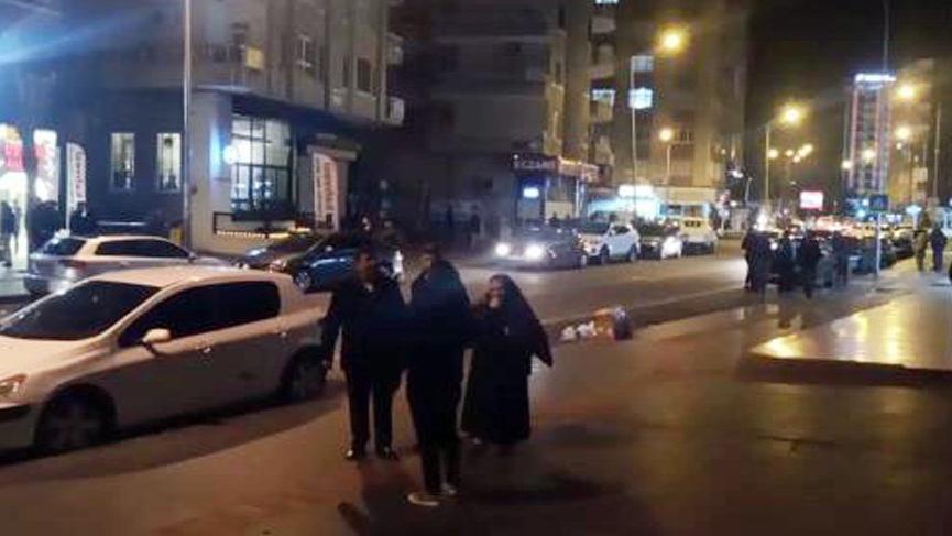 Elazığ'daki deprem sonrası vatandaşlar kendilerini sokağa attı!