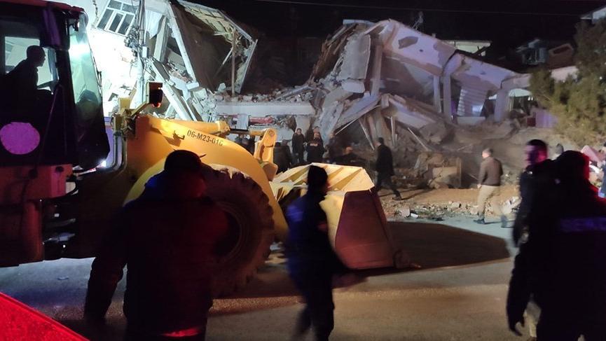 Elazığ'da AFAD ekiplerinin enkaz altında kalan vatandaşları kurtarma çalışmaları sürüyor!