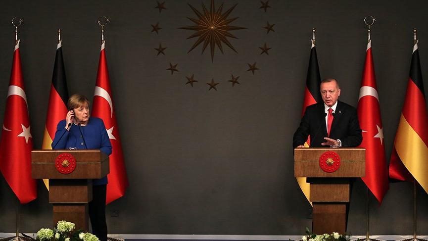 Erdoğan ile Merkel görüşmesinde imza tartışması!