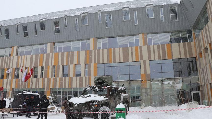 Van'da hastane girişindeki cam çatı çöktü: 9 yaralı