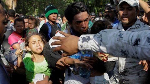 Sınırda gerilim: Göçmenlerle polisler çatıştı