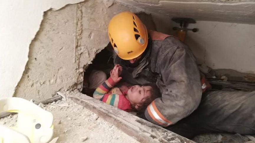 Enkazdan annesiyle kurtarılan minik Yüsra, 'acıyor' diye seslenmiş!