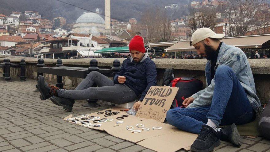 Türk kardeşler, otostopla Balkanlar'ı geziyor