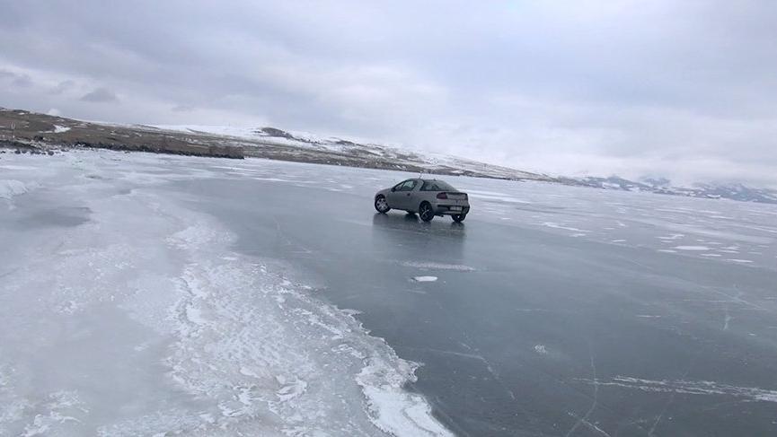 Buz tutan Çıldır Gölü'nde drift yaptılar