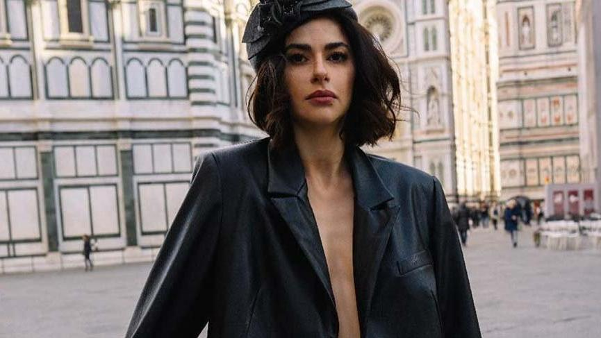 Nesrin Cavadzade Aşk Tesadüfleri Sever filminin galasındaki stiliyle dikkat çekti