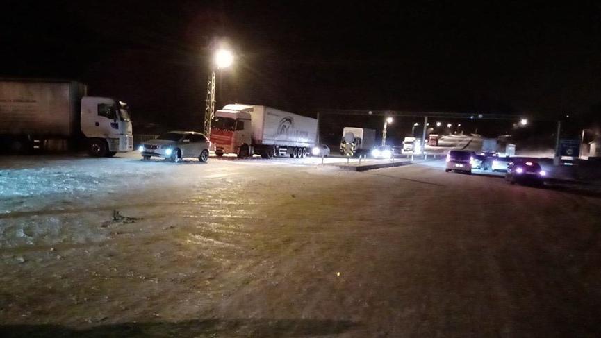Kar hayatı felç etti! 200 kişi mahsur kaldı