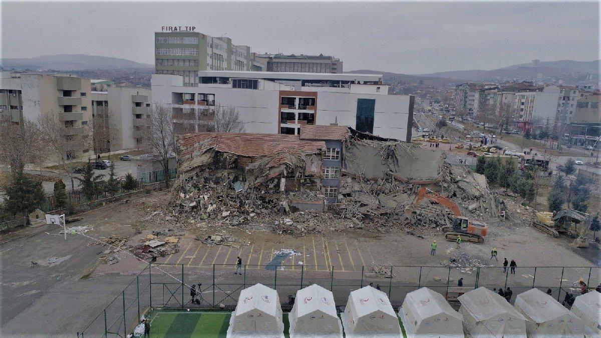 Elazığ'da ağır hasarlı okullar yıkılıyor