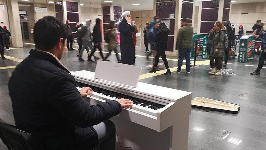 Metroda piyano çalıyor, topladığıparalarla çocuklara kışlık giyecekler alıyor