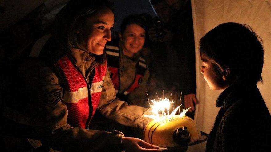 Depremzede Muhammed'e doğum günü sürprizi