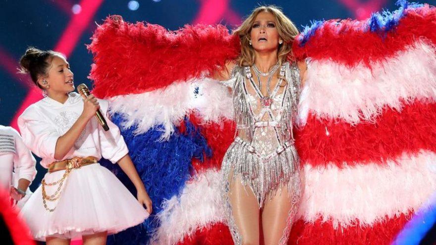 Jennifer Lopez Super Bowl'da gerçek kuş tüyünden yapılan bayrakla sahneye çıktı