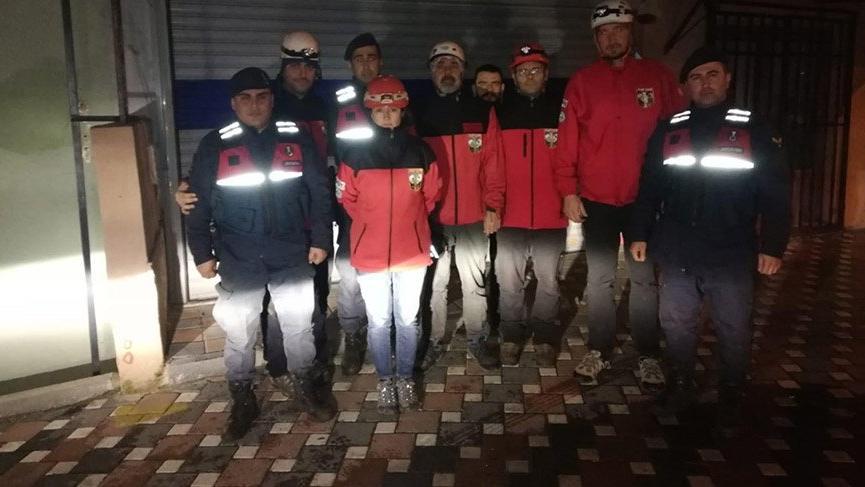 İzmir'de dağda kaybolan 3 kişiye 6 saat sonra ulaşıldı