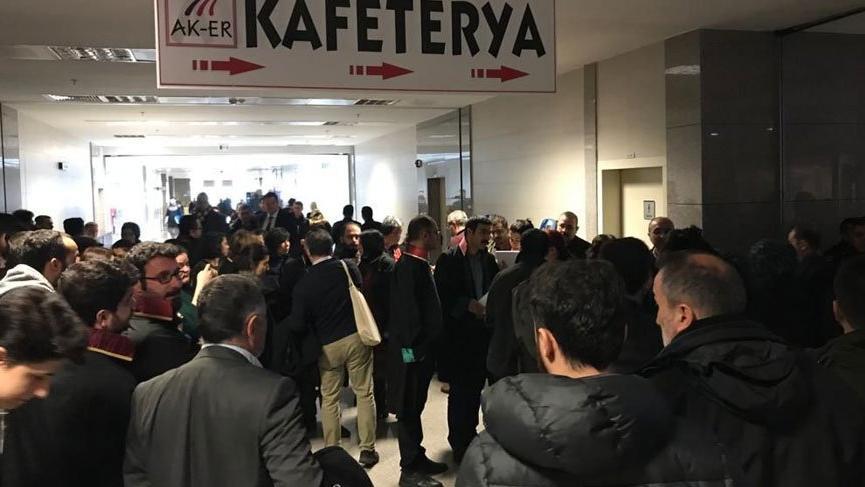 Avukatlar adliye içerisindeki kafeterya önünde eylem yaptı!
