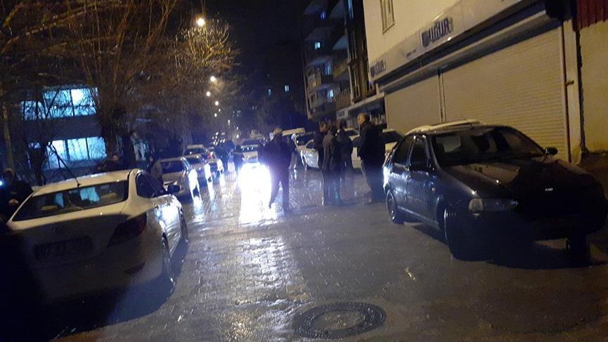 Otomobilden inen çarşaflı saldırgan dehşet saçtı: 1 ölü, 1 yaralı
