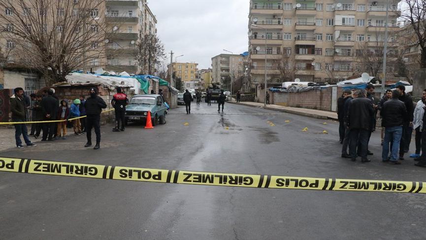 Diyarbakır'da silahlı çatışma: Mahalle savaş alanına döndü