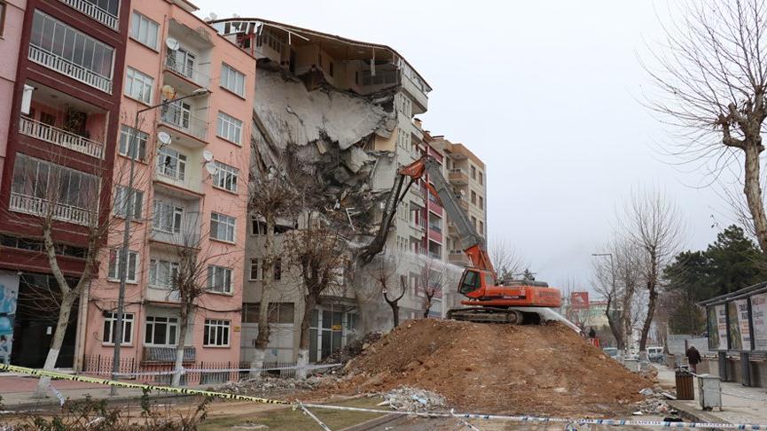 Malatya'da riskli binaların yıkımı devam ediyor!