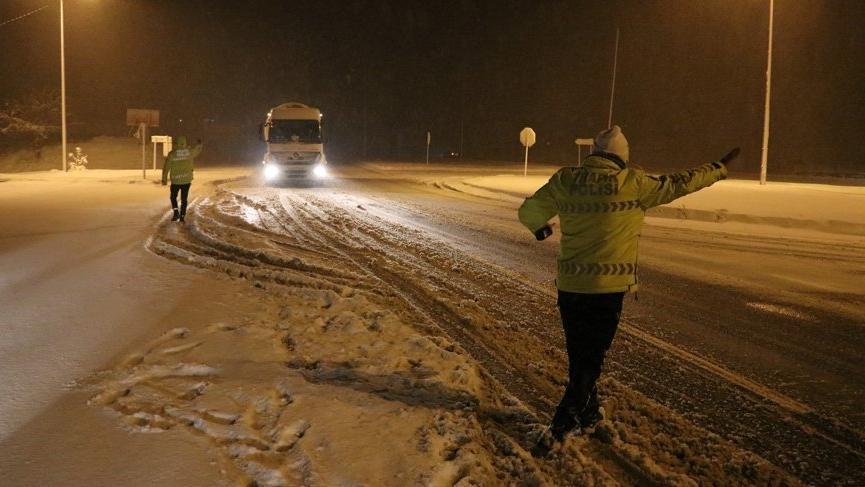 Bolu Dağı'nda yoğun kar nedeniyle TIR geçişlerine izin verilmiyor!