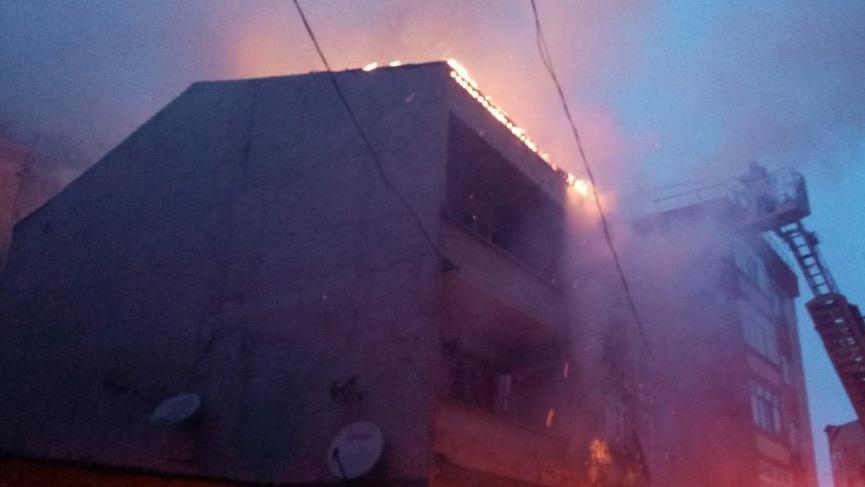 Son dakika... Küçükçekmece'de 3 katlı binanın çatısında yangın!
