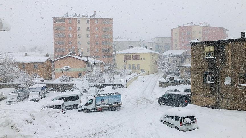 Yoğun kar ve tipi yüzünden yollar kapandı!