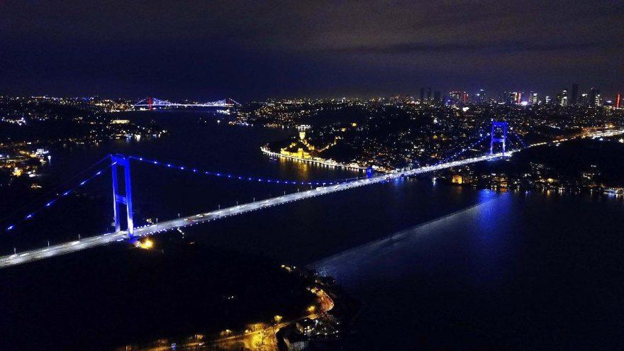 İstanbul'un simgeleri mora büründü!
